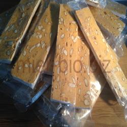 Barre de nougat bio au miel et aux amandes souple et ambré